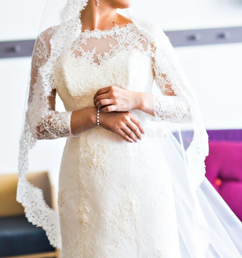 Χέρια μιας νύφης στοκ εικόνα με δικαίωμα ελεύθερης χρήσης