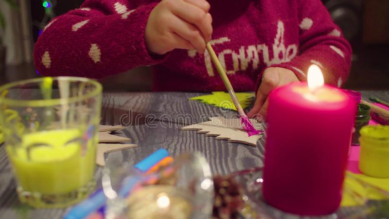 Χέρια μικρού κοριτσιού που χρωματίζουν ένα χριστουγεννιάτικο δέντρο στοκ εικόνες με δικαίωμα ελεύθερης χρήσης