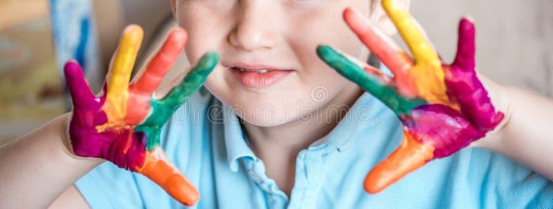 Χέρια μικρών κοριτσιών και αγοριών που χρωματίζονται στα ζωηρόχρωμα χρώματα στοκ φωτογραφία με δικαίωμα ελεύθερης χρήσης