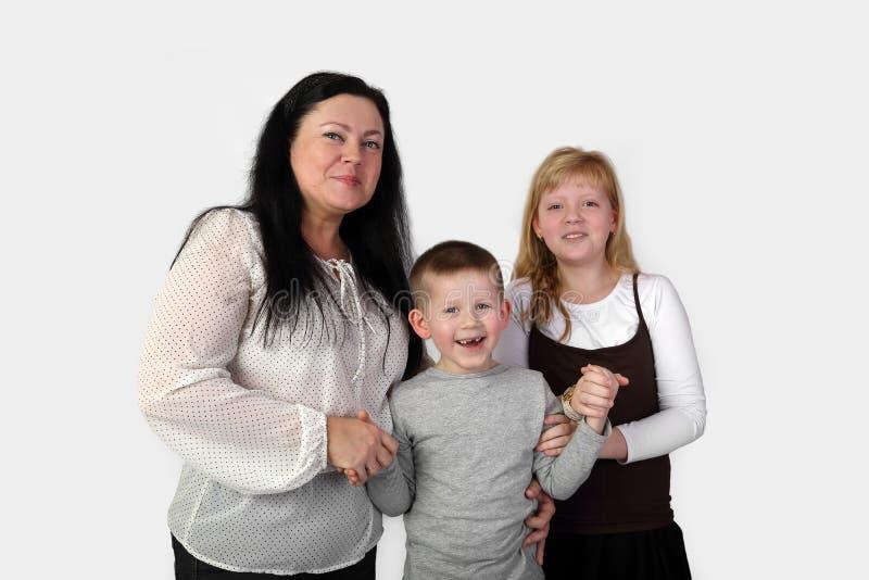 Χέρια μικρών παιδιών χαμόγελου λαβής γυναικών και κοριτσιών στοκ φωτογραφία με δικαίωμα ελεύθερης χρήσης