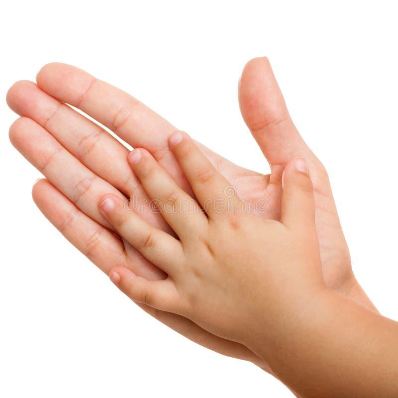 Χέρια μωρών και μητέρων που απομονώνονται. στοκ εικόνες