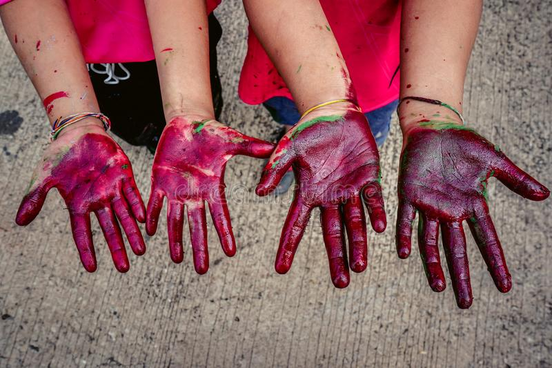 Χέρια μωρών που λερώνονται με το χρώμα στοκ εικόνες