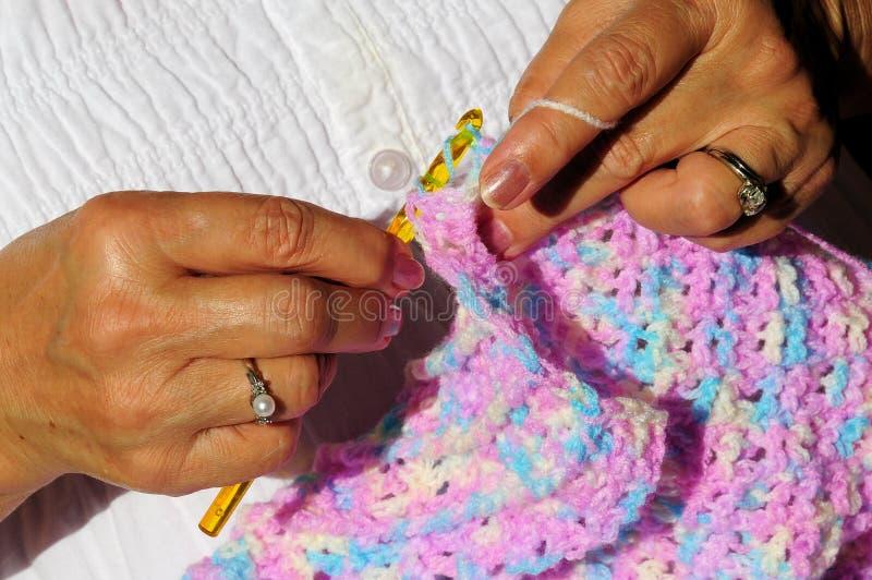 Χέρια, νήμα και τσιγγελάκι γυναίκας στοκ φωτογραφία με δικαίωμα ελεύθερης χρήσης