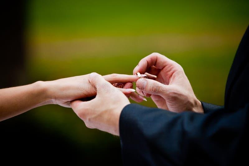 χέρια νεόνυμφων νυφών στοκ φωτογραφίες