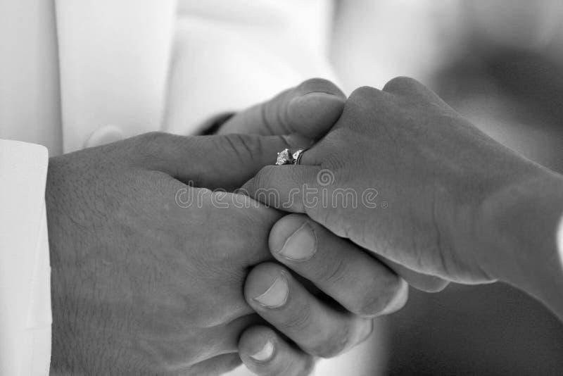 χέρια νεόνυμφων νυφών Στοκ εικόνα με δικαίωμα ελεύθερης χρήσης