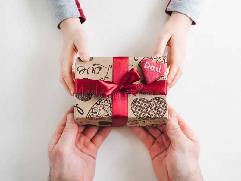 Χέρια παιδιού και ένα όμορφο κιβώτιο δώρων στοκ εικόνα με δικαίωμα ελεύθερης χρήσης