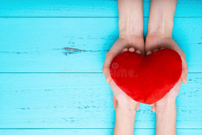 Χέρια παιδιών με την καρδιά και υποστηριγμένος από τα χέρια μητέρων στοκ φωτογραφίες με δικαίωμα ελεύθερης χρήσης