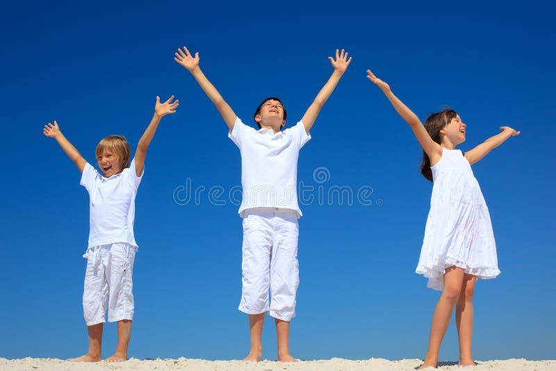 χέρια παιδιών που αυξάνοντ&al στοκ φωτογραφία