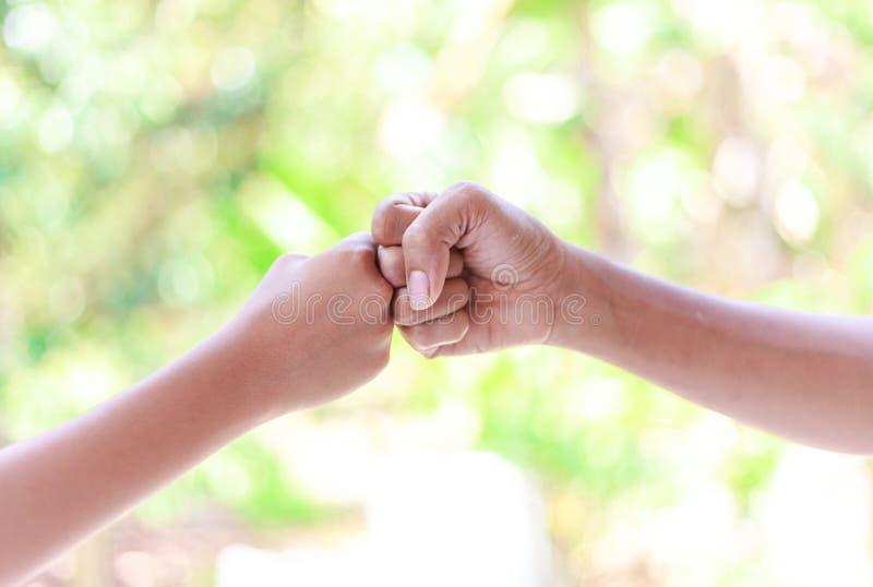 Χέρια πατέρων και αγοριών - πρόσκρουση πυγμών στοκ εικόνες