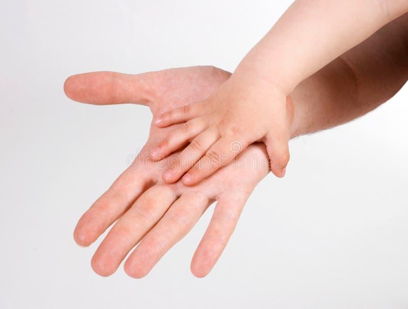 Χέρια πατέρων και του παιδιού στοκ εικόνα