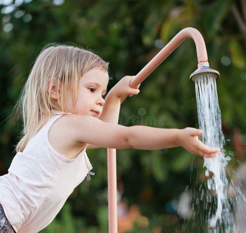 Χέρια πλύσης κοριτσιών παιδιών υπαίθρια στοκ εικόνα