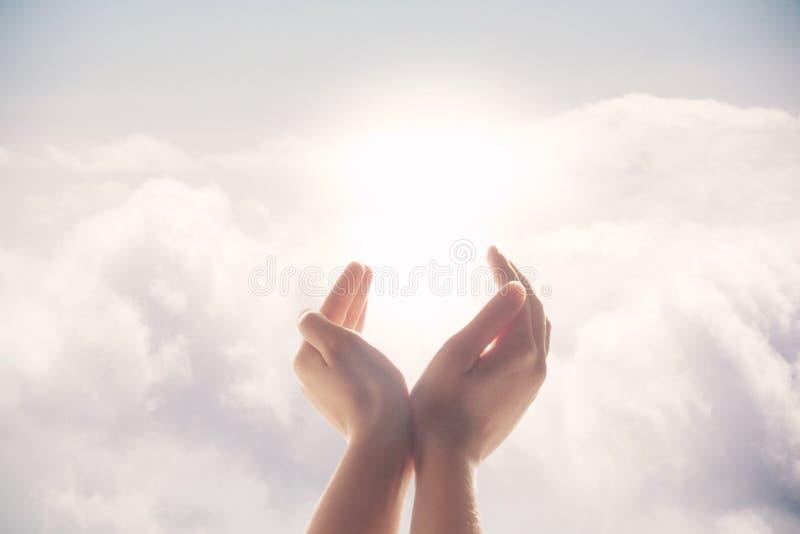 Χέρια που αυξάνονται επάνω σε ένα υπόβαθρο του μπλε ουρανού στοκ φωτογραφία με δικαίωμα ελεύθερης χρήσης
