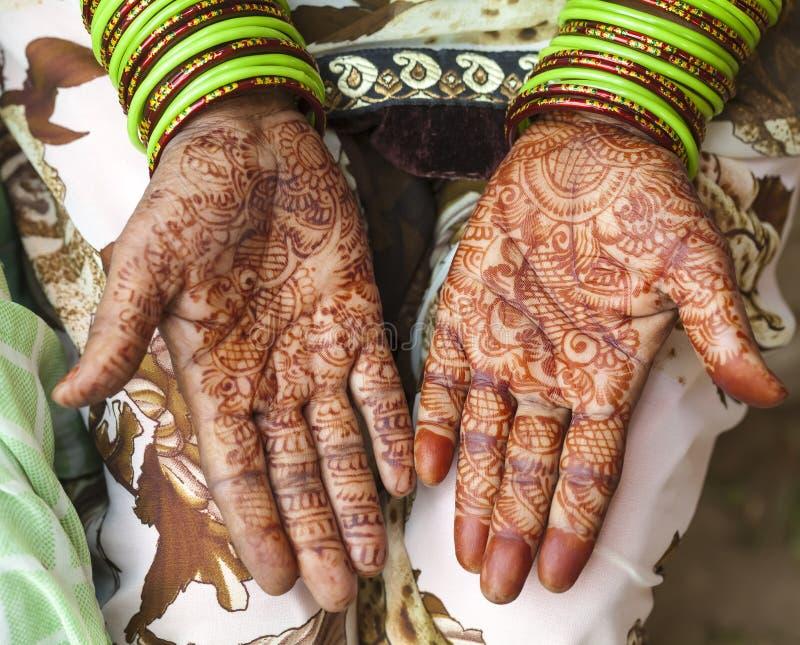 Χέρια που διακοσμούνται θηλυκά με henna Ινδία στοκ φωτογραφία με δικαίωμα ελεύθερης χρήσης