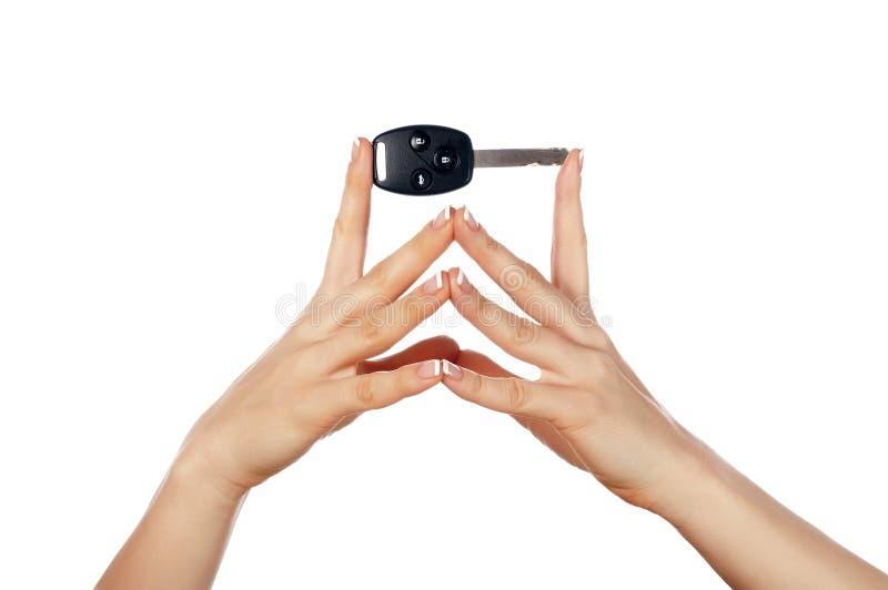 Χέρια που κρατούν ένα αυτοκινητικό πλήκτρο στοκ εικόνες