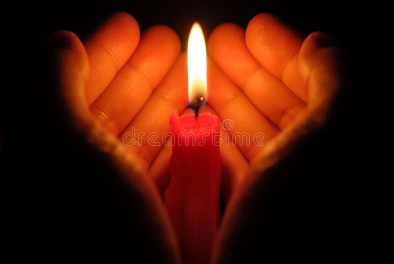 Χέρια που κρατούν ένα καίγοντας κερί στοκ φωτογραφία με δικαίωμα ελεύθερης χρήσης