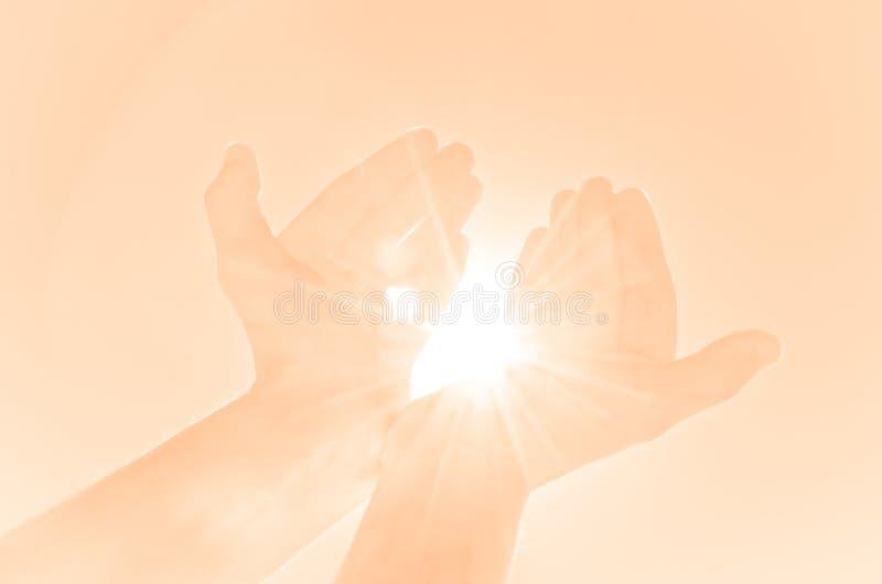 Χέρια που κρατούν ελαφριά στοκ φωτογραφία με δικαίωμα ελεύθερης χρήσης