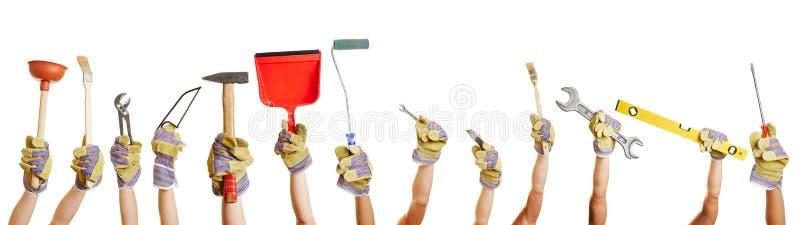 Χέρια που κρατούν τα εργαλεία για στοκ φωτογραφία