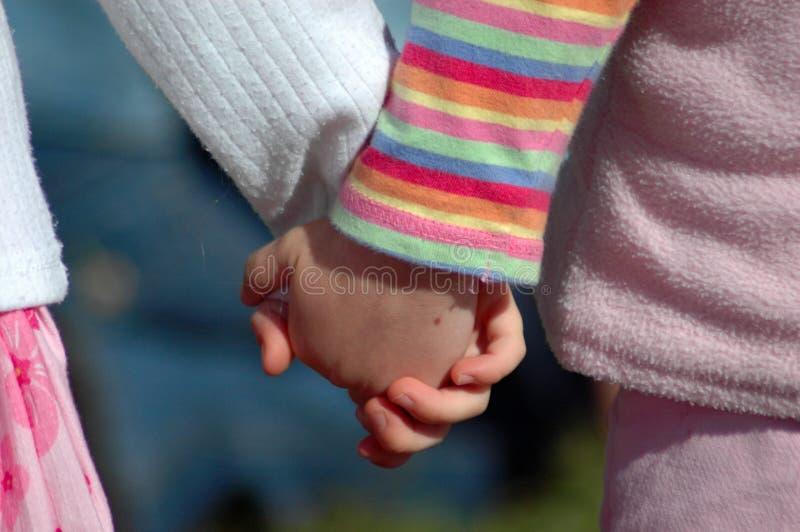 χέρια που κρατούν τα κατσί&ka στοκ εικόνες