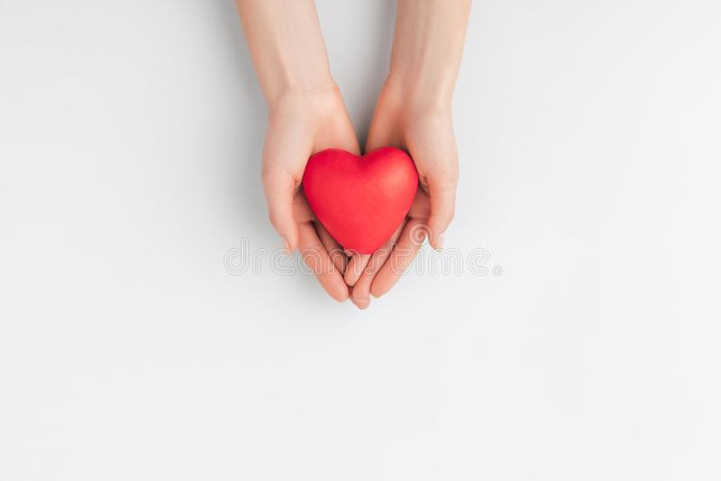 Χέρια που κρατούν την κόκκινη καρδιά απομονωμένη στο άσπρο υπόβαθρο στοκ φωτογραφίες