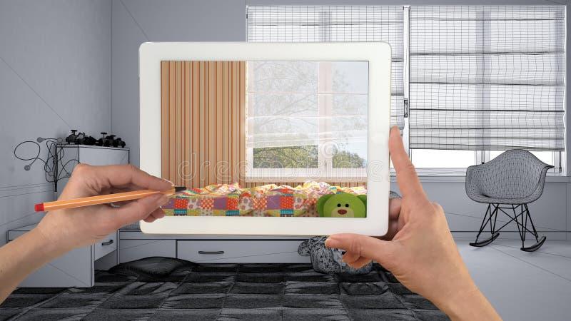 Χέρια που κρατούν την ταμπλέτα που παρουσιάζει σύγχρονη κινηματογράφηση σε πρώτο πλάνο κρεβατοκάμαρων Ατελές σχέδιο σκίτσων της κ στοκ εικόνα με δικαίωμα ελεύθερης χρήσης