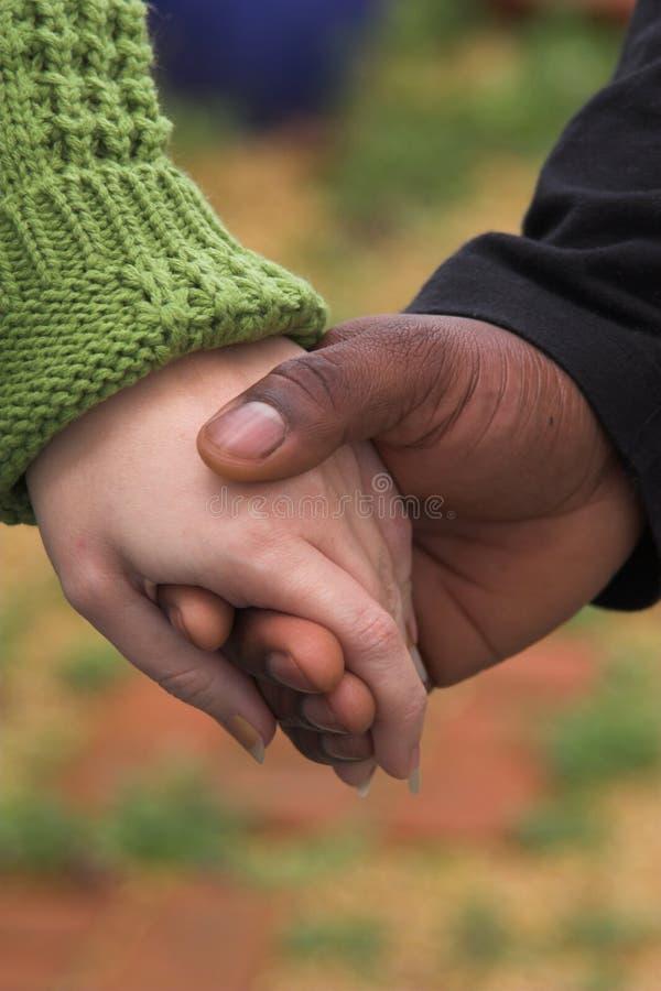 χέρια που κρατούν τη γυναίκα ανδρών στοκ φωτογραφία με δικαίωμα ελεύθερης χρήσης