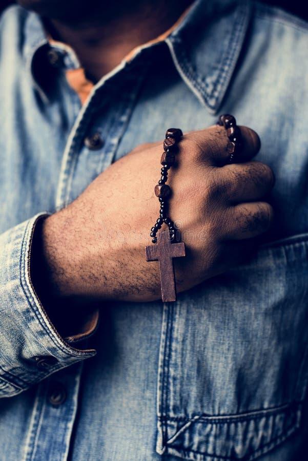 Χέρια που κρατούν τη διαγώνια πίστη προσευχής στη θρησκεία χριστιανισμού στοκ φωτογραφίες