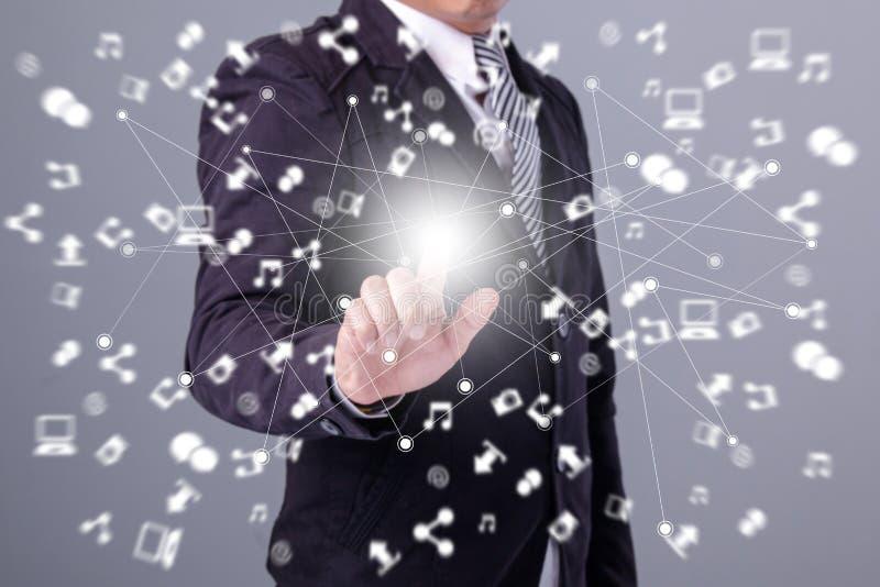 Χέρια που κρατούν τη σύνδεση παγκόσμιων δικτύων κύκλων, κοινωνικά μέσα συμπυκνωμένα στοκ εικόνες