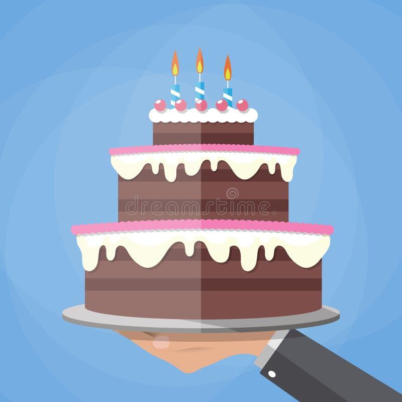 Χέρια που κρατούν το κέικ στρώματος σοκολάτας απεικόνιση αποθεμάτων