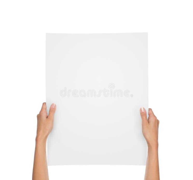 Χέρια που κρατούν το κενό φύλλο εγγράφου απομονωμένο στο λευκό στοκ φωτογραφία