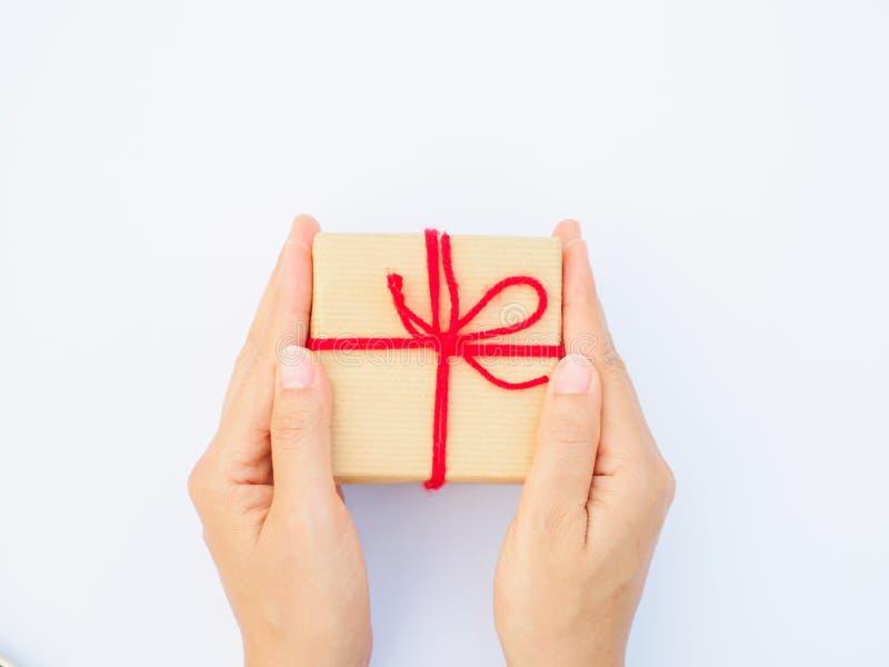Χέρια που κρατούν το όμορφο κιβώτιο δώρων, θηλυκό δίνοντας δώρο στοκ εικόνα με δικαίωμα ελεύθερης χρήσης