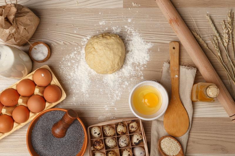 Χέρια που λειτουργούν με το ψωμί, την πίτσα ή την πίτα συνταγής προετοιμασιών ζύμης στοκ φωτογραφίες με δικαίωμα ελεύθερης χρήσης