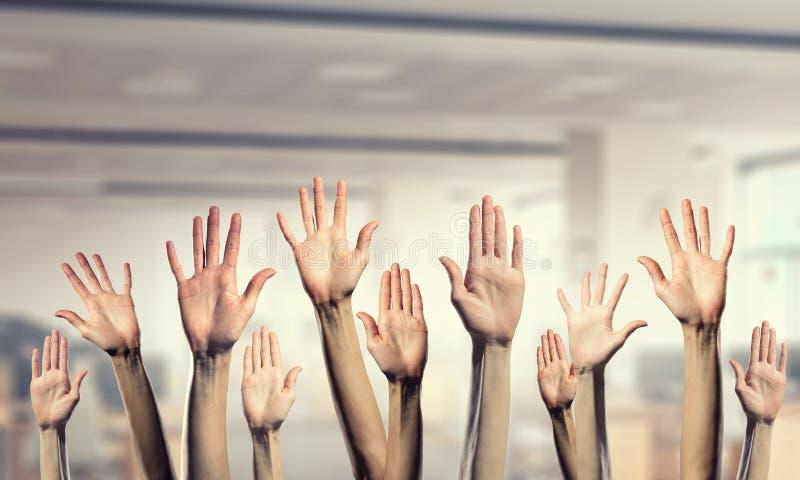 Χέρια που παρουσιάζουν χειρονομίες Μικτά μέσα στοκ εικόνα με δικαίωμα ελεύθερης χρήσης