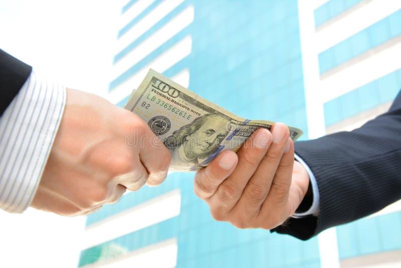 Χέρια που περνούν τα χρήματα, λογαριασμοί αμερικανικών δολαρίων (Δολ ΗΠΑ) στοκ εικόνα