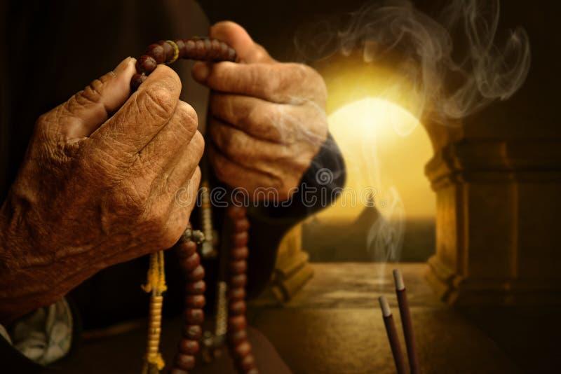Χέρια που προσεύχονται μεταξύ των ραβδιών θυμιάματος στοκ φωτογραφίες με δικαίωμα ελεύθερης χρήσης
