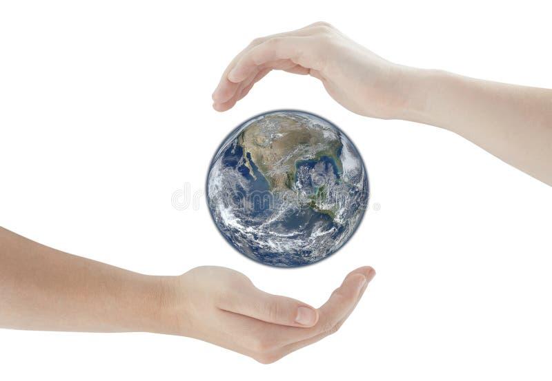 Χέρια που προστατεύουν τη γήινη σφαίρα στοκ εικόνες