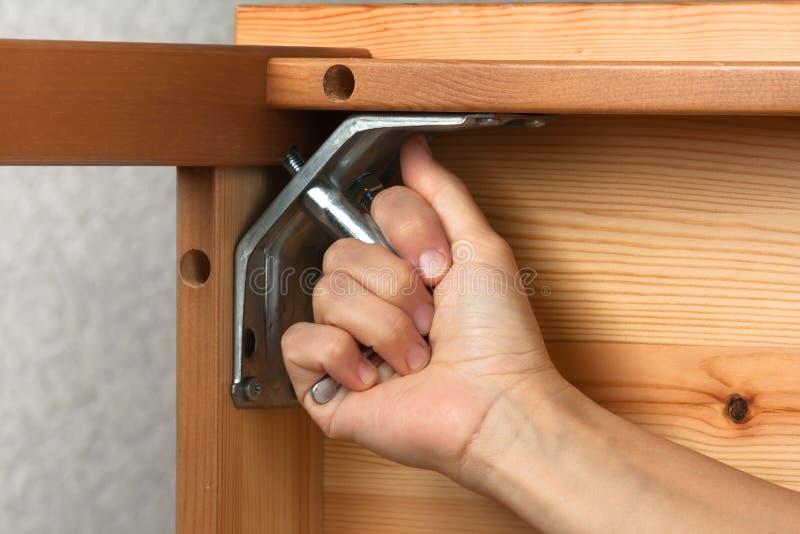 Χέρια που συγκεντρώνουν τα ξύλινα έπιπλα στοκ εικόνες με δικαίωμα ελεύθερης χρήσης