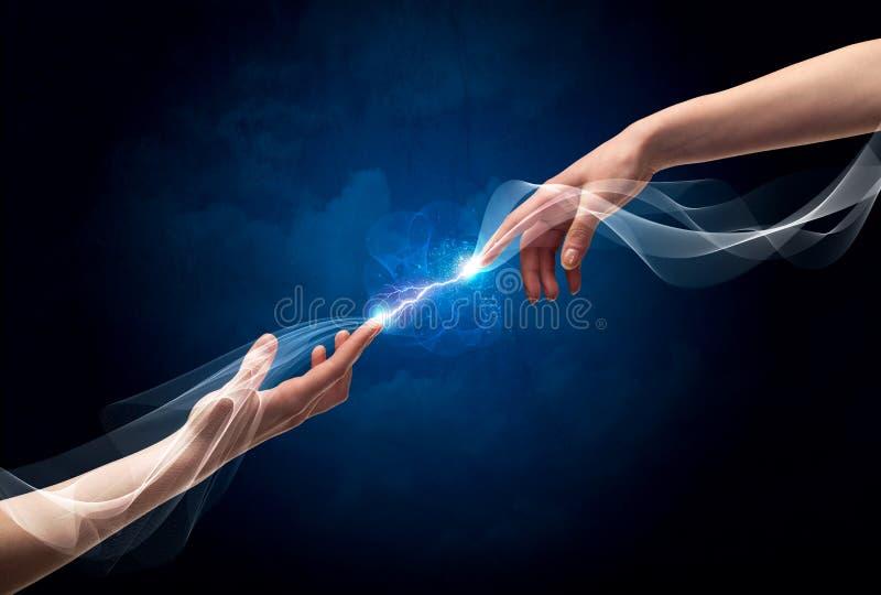 Χέρια που συνδέουν μέσω των δάχτυλων στο διάστημα απεικόνιση αποθεμάτων
