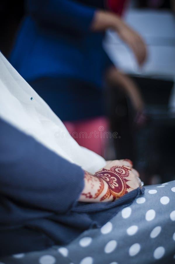 Χέρια που φορούν Henna στοκ εικόνες