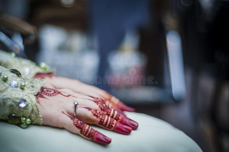 Χέρια που φορούν Henna στοκ εικόνες με δικαίωμα ελεύθερης χρήσης