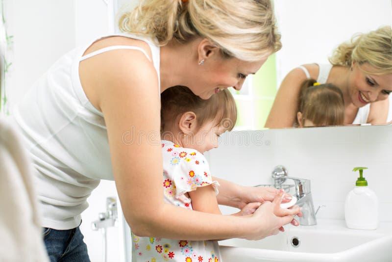 Χέρια πλύσης μητέρων και παιδιών στοκ φωτογραφία με δικαίωμα ελεύθερης χρήσης