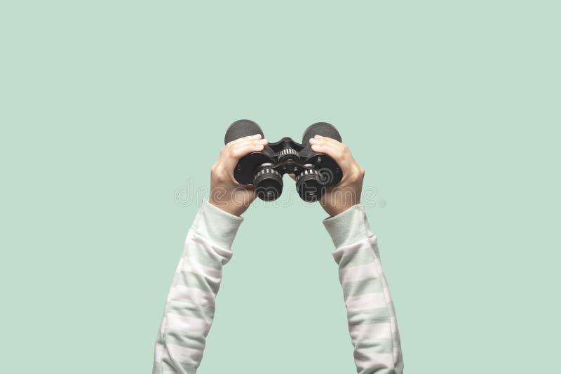 Χέρια σε διοφθαλμικό στοκ φωτογραφίες με δικαίωμα ελεύθερης χρήσης