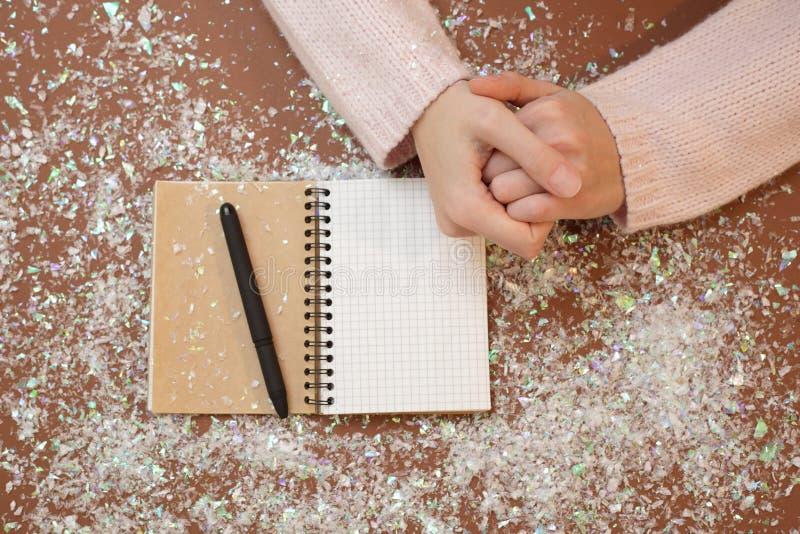 Χέρια στον πίνακα με μια μάνδρα και ένα σημειωματάριο στοκ φωτογραφίες με δικαίωμα ελεύθερης χρήσης
