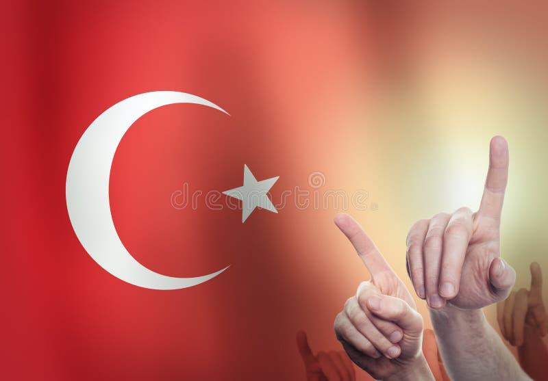 Χέρια στο υπόβαθρο της σημαίας της Τουρκίας Έννοια ελευθερίας στοκ εικόνες