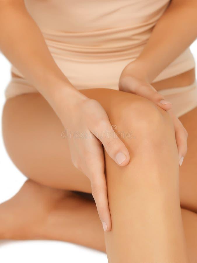 Χέρια σχετικά με το γόνατο στοκ φωτογραφία