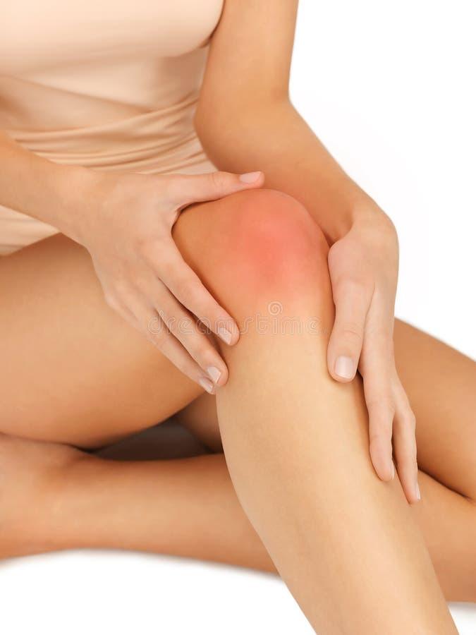 Χέρια σχετικά με το γόνατο στοκ φωτογραφία με δικαίωμα ελεύθερης χρήσης