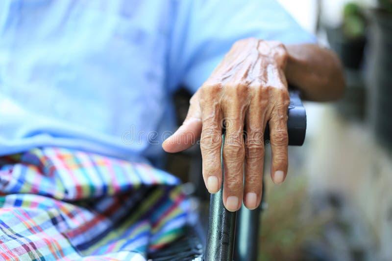 Χέρια της ανώτερης συνεδρίασης ατόμων στον πάγκο στο σπίτι τα χέρια togethe στοκ εικόνες
