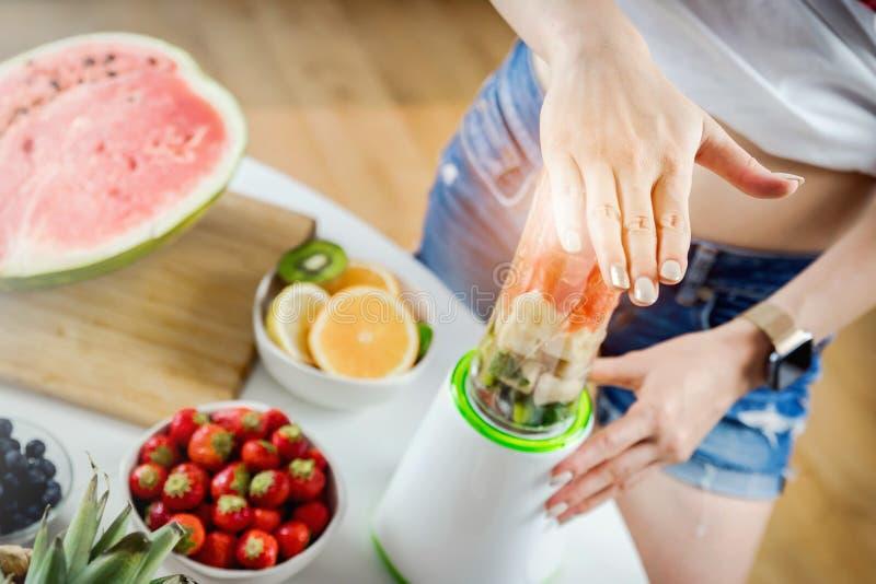 Χέρια της γυναίκας που προετοιμάζει το ποτό φρούτων καταφερτζήδων στοκ εικόνες με δικαίωμα ελεύθερης χρήσης