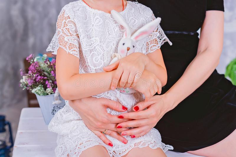 Χέρια της μητέρας και doughter, αγκάλιασμα στοκ φωτογραφίες με δικαίωμα ελεύθερης χρήσης