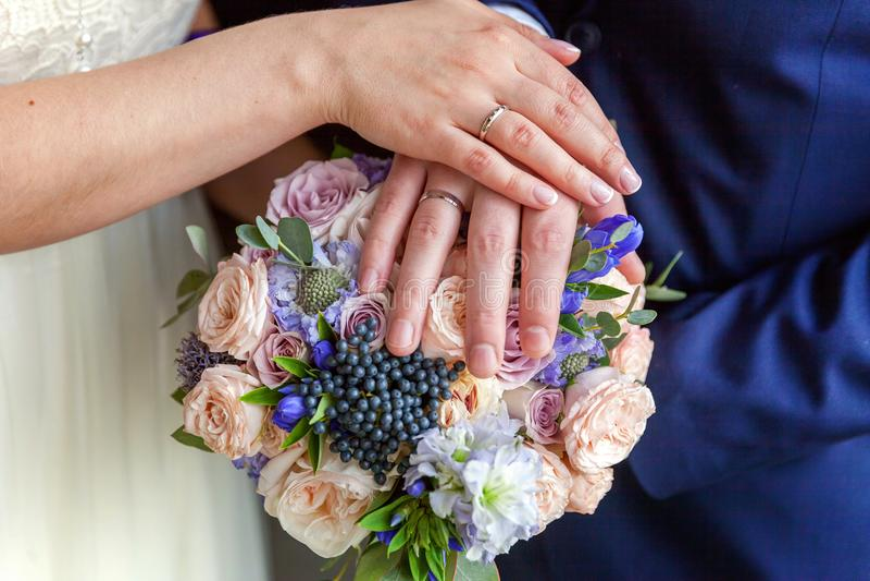Χέρια της νύφης και του νεόνυμφου στοκ φωτογραφία