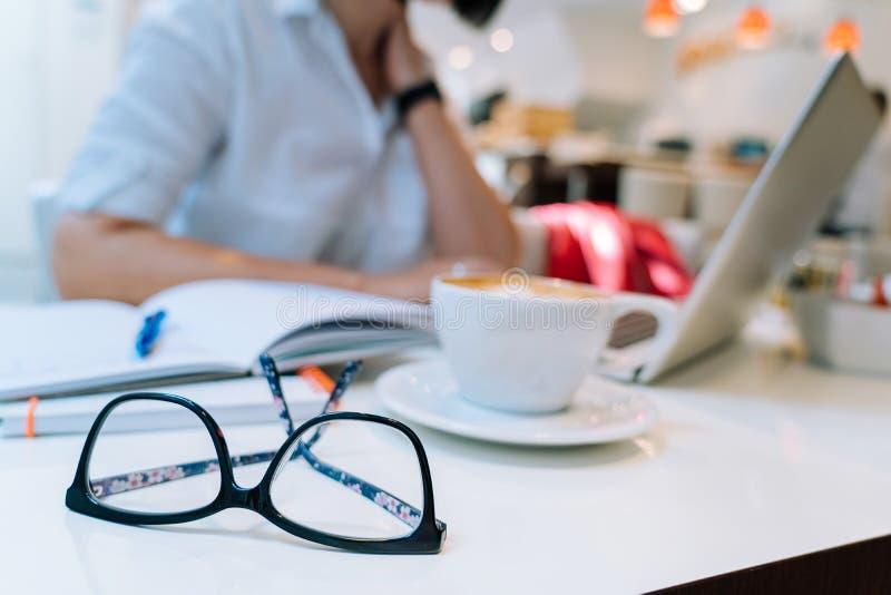 Χέρια της unrecognisable συνεδρίασης γυναικών στο γραφείο που και που δακτυλογραφεί στον υπολογιστή πληκτρολογίων lap-top της στοκ φωτογραφία με δικαίωμα ελεύθερης χρήσης